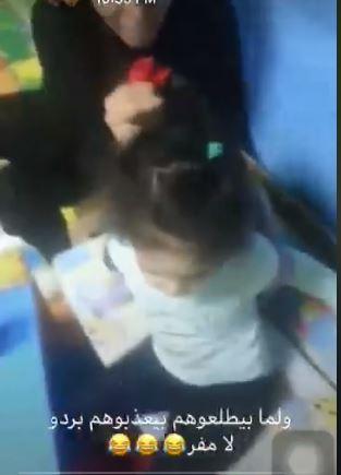وتشد الطفلة من شعرها