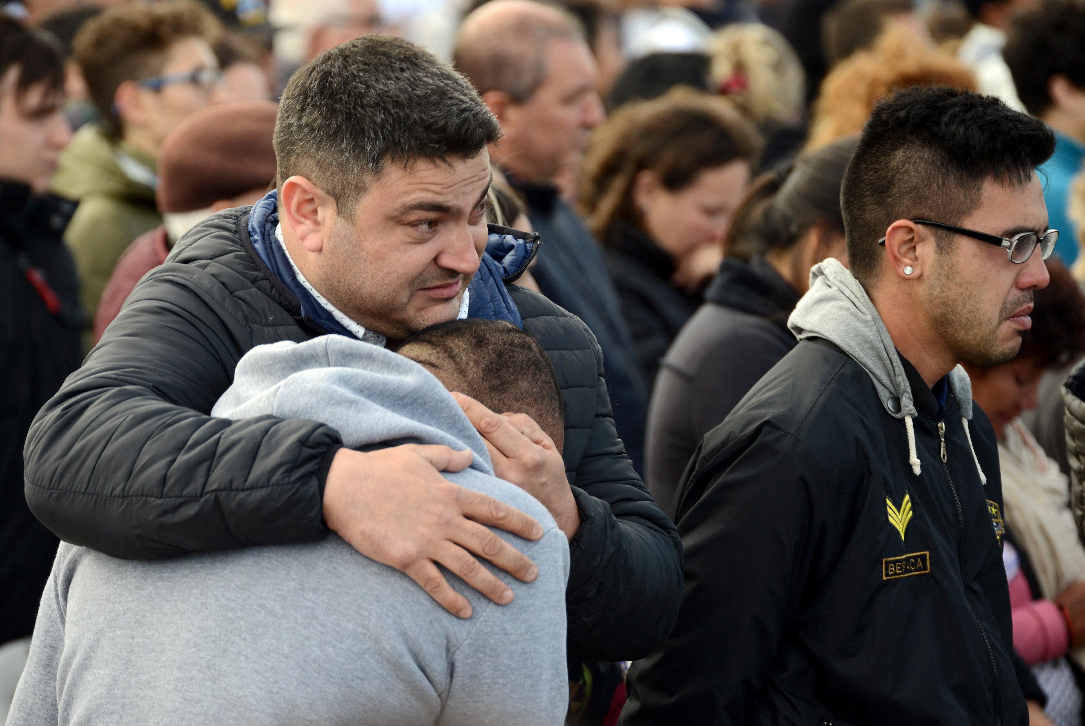 الارجنتينيون يبكون على فقدان 44 شخصا