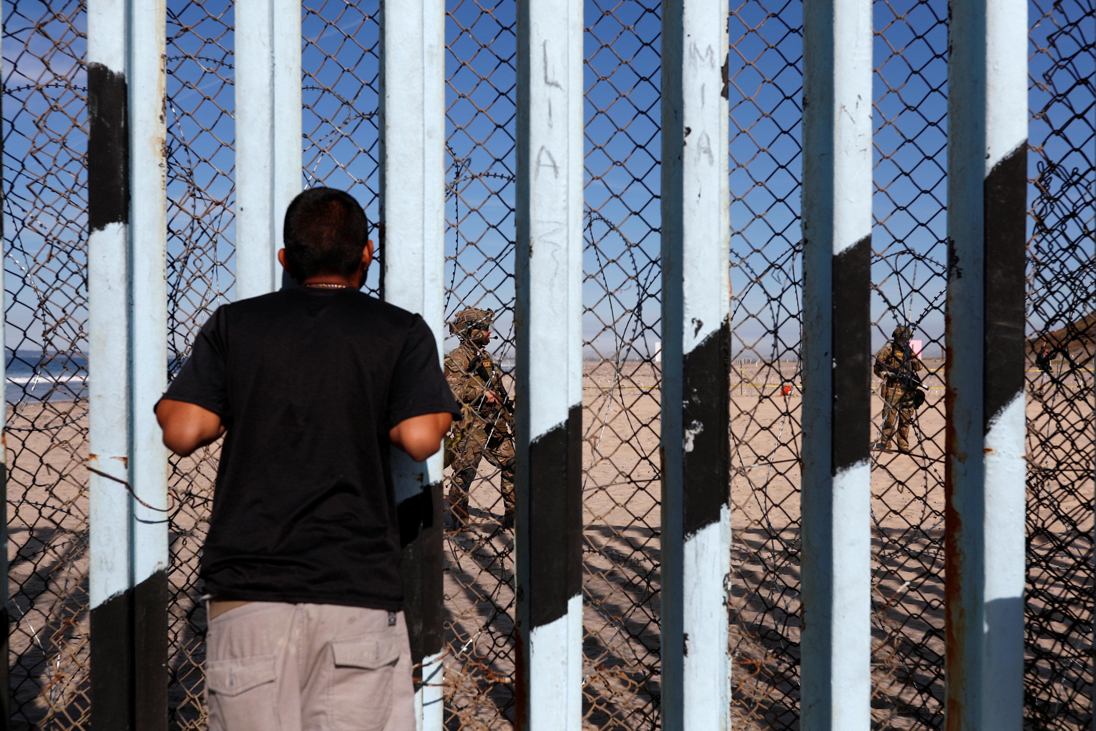 المهاجرون أمام الجدار