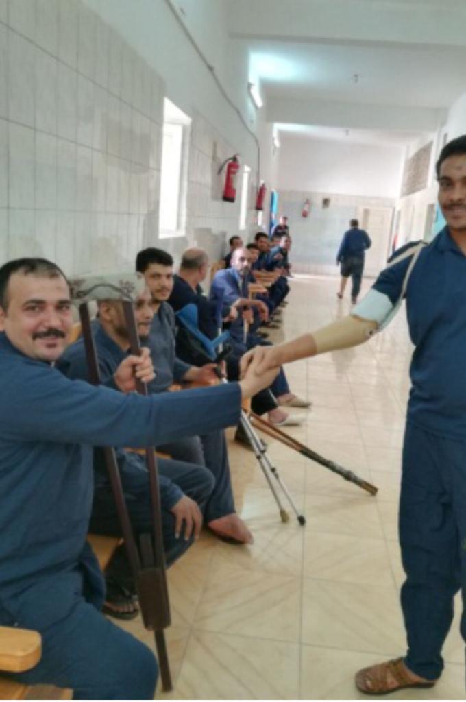 سجناء يتصافحون بعد تركيب أطراف صناعية لهم