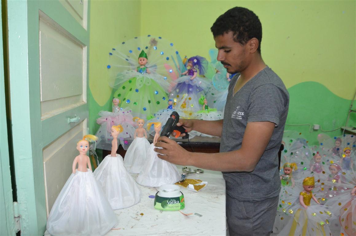 شاهد تصنيع العروسة والحصان بالسكر وعروسة المولد النبوي الشريف في قلب الصعيد (16)