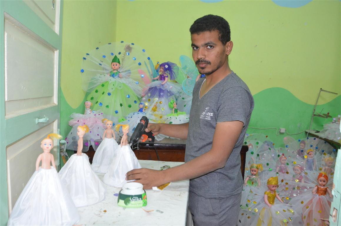 شاهد تصنيع العروسة والحصان بالسكر وعروسة المولد النبوي الشريف في قلب الصعيد (17)