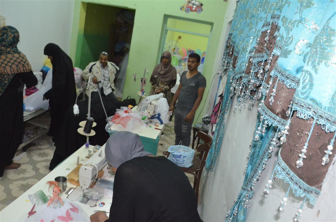 شاهد تصنيع العروسة والحصان بالسكر وعروسة المولد النبوي الشريف في قلب الصعيد (14)