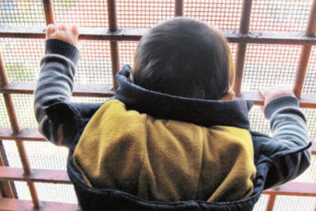 طفل تركى وراء القضبان