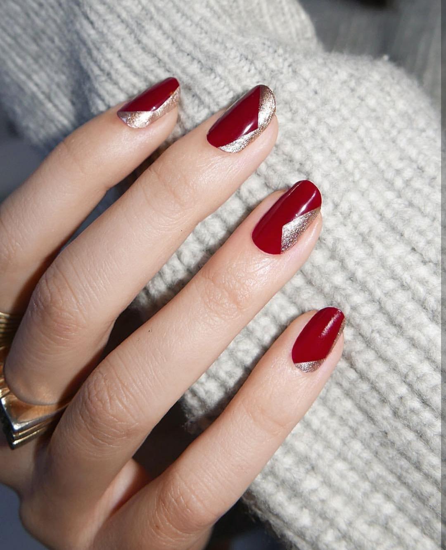 تصميم الأحمر الغامق مع الذهبى للمصممة Alicia Torello