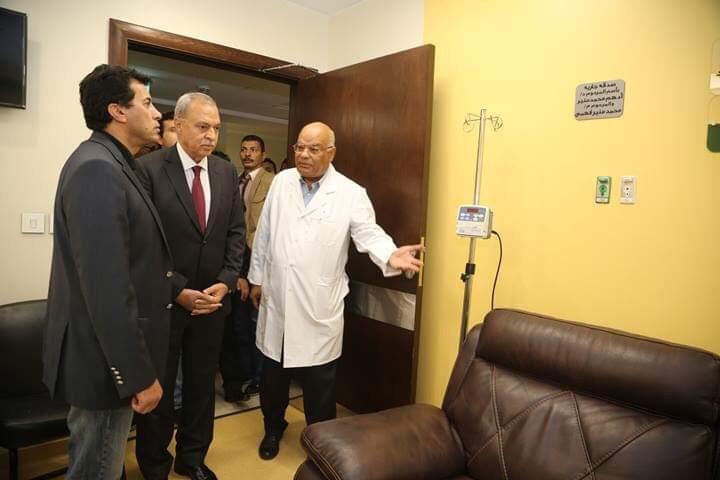 وزير الشباب والرياضة ومحافظ قنا يزوران مستشفى شفاء الأورمان بالأقصر (6)