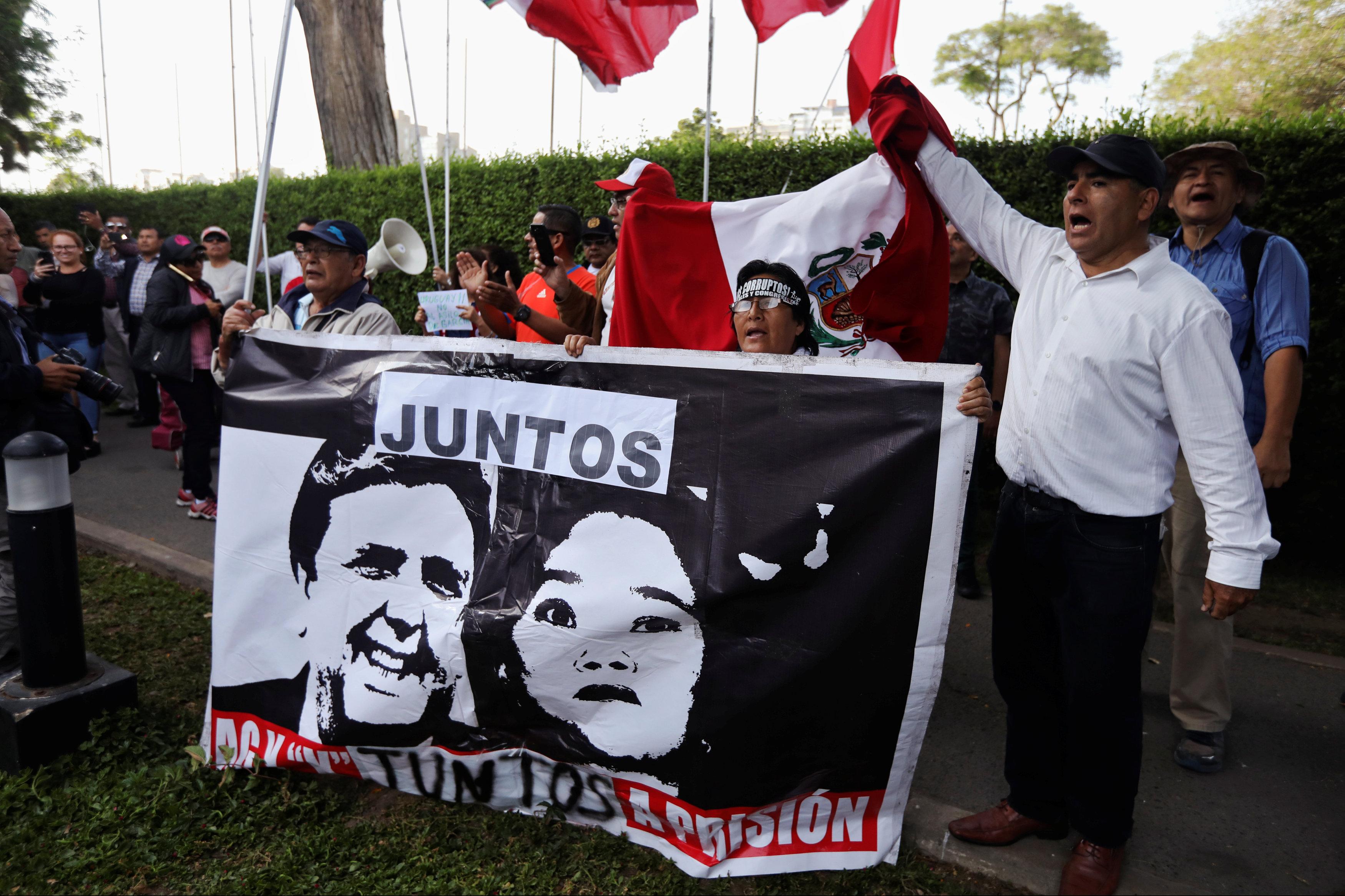 لافتات المتظاهرين