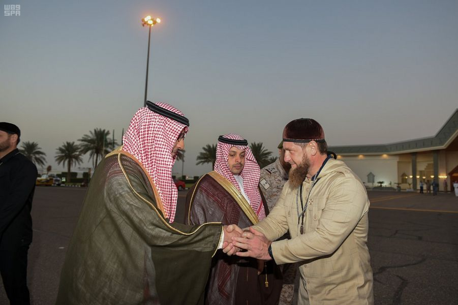قديروف يصافح الأمير محمد بن عبد العزيز