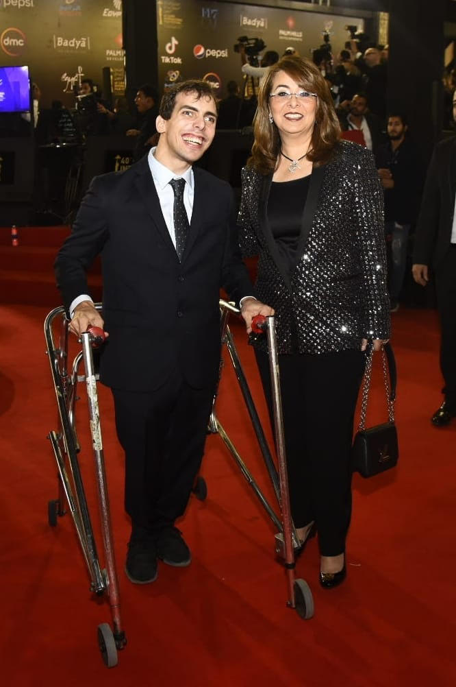 غادة والي تمشي على السجادة الحمراء بصحبة أبناء من ذوي الإعاقة (3)