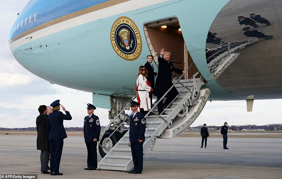 ترامب وعائلته يصعدون للطائرة الرئاسية