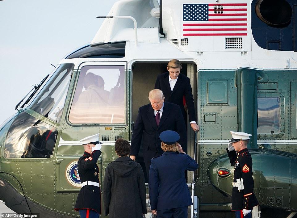بارون يخرج من هليكوبتر فى قاعدة أندروز الجوية