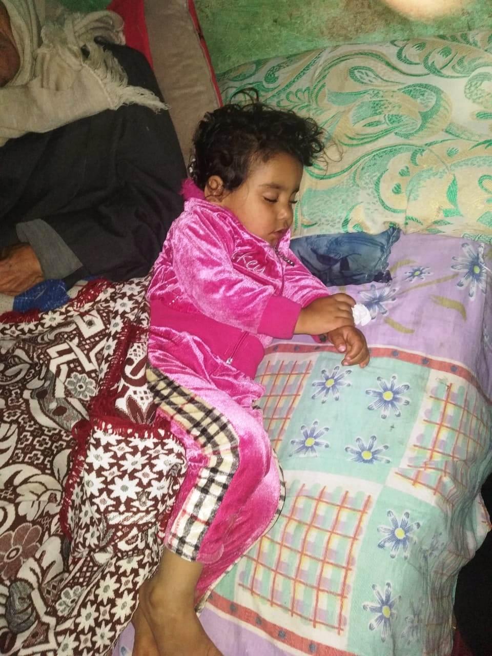 4- الطفلة الصغرى نائمة بعد بكاء مستمر عقب سؤالها عن والدتها