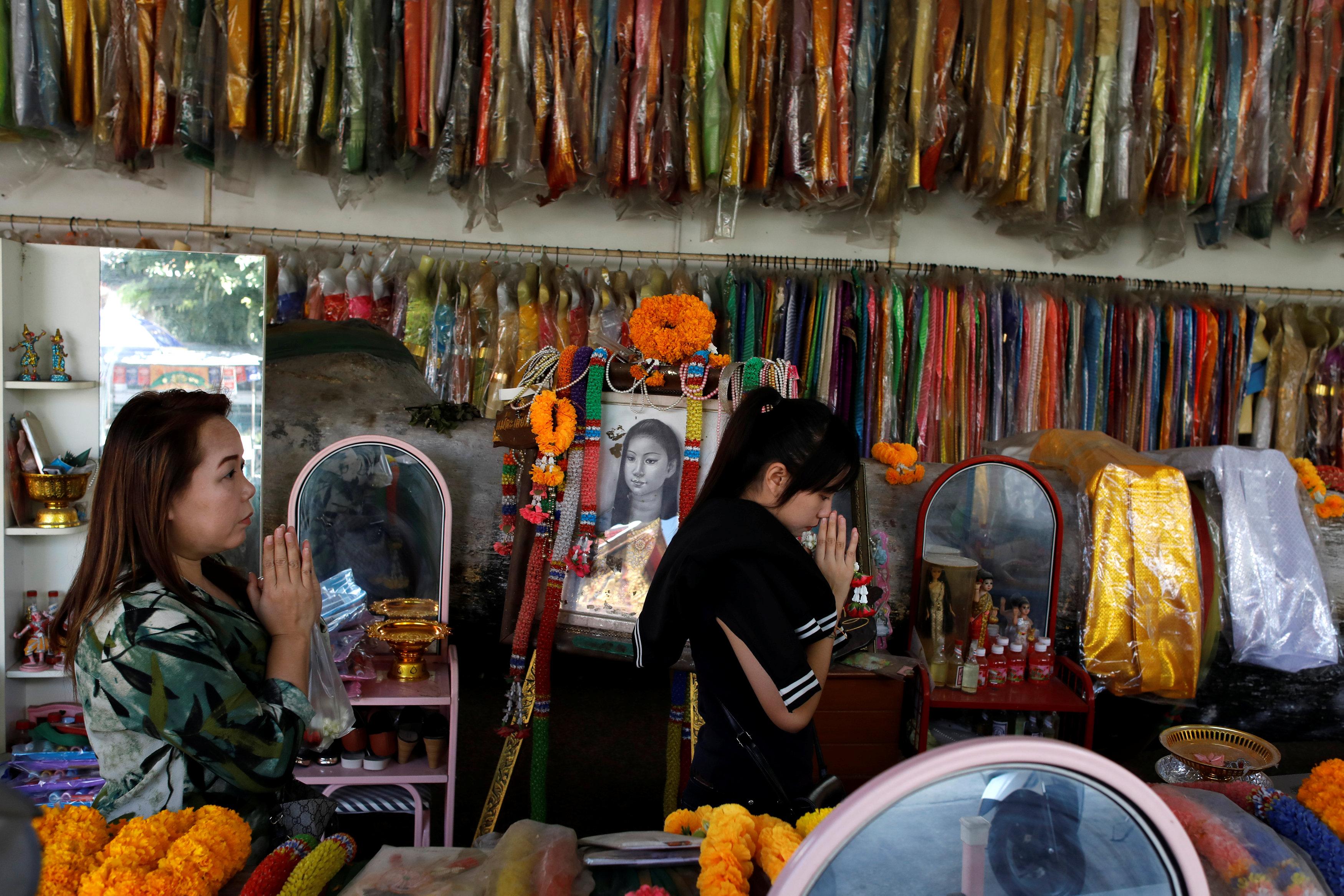 نساء تصلين فى معبد كوناترى بحثا عن الحظ
