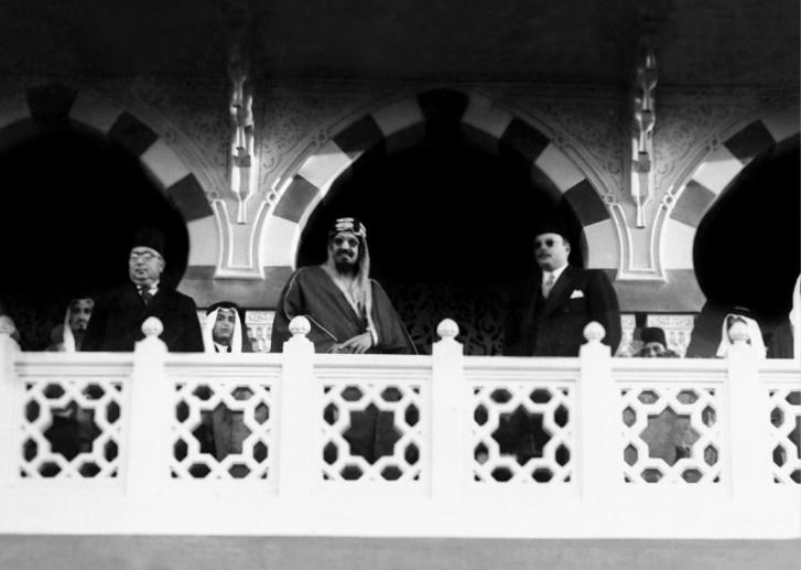 الملك عبد العزيز يتابع أحد السباقات فى منطقة مصر الجديدة