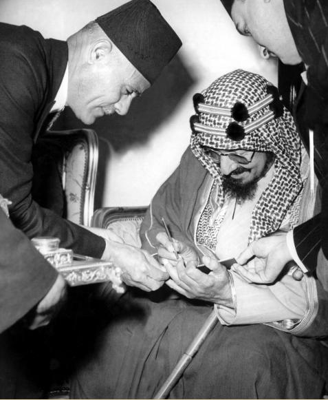 الملك عبد العزيز يوقع فى سجلات الجامعة العربية خلال زيارته لمصر