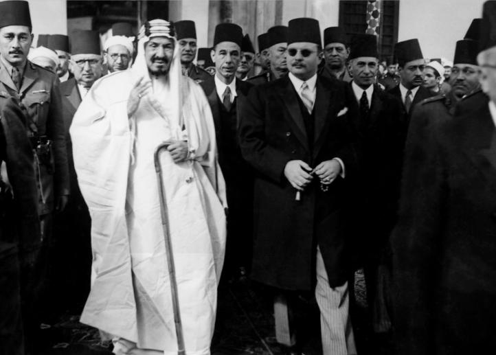 الملك عبد العزيز والملك فاروق يتوجهان إلى صلاة الجمعة فى الأزهر