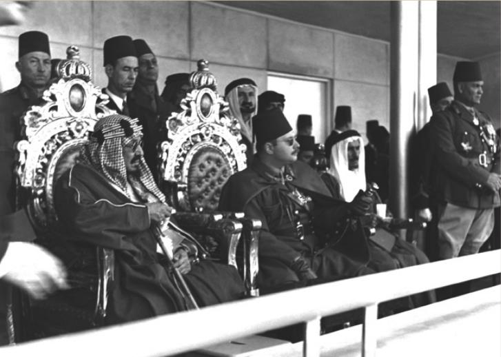 الملك عبد العزيز والملك فاروق يشاهدان العرض العسكرى