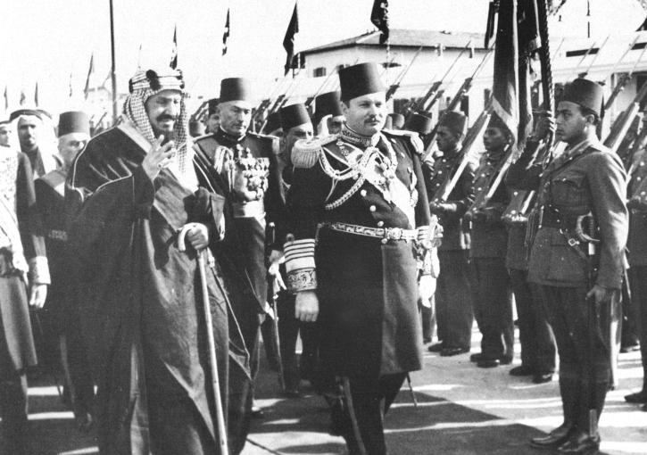 الملك عبد العزيز يستعرض حرس الشرف بجوار الملك فاروق
