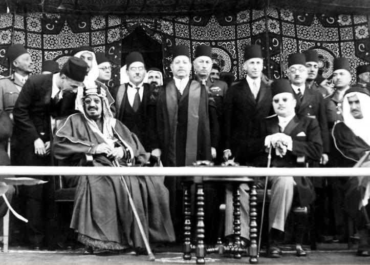 الملك فاروق خلال زيارته مع الملك عبد العزيز لجامعة فؤاد الأول القاهرة حاليا