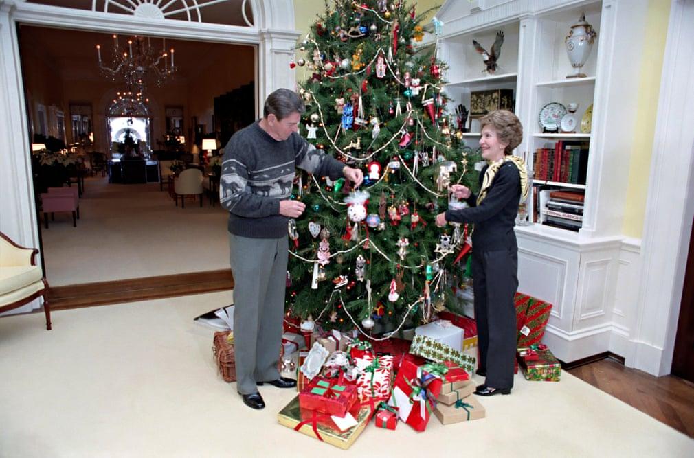 رونالد ريجان يزين شجرة الكريسماس مع زوجته نانسى فى 1983