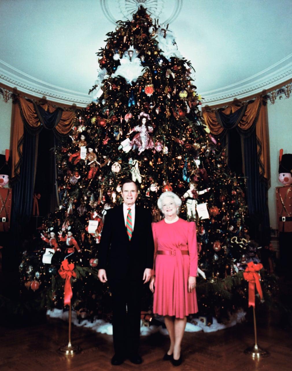 جورج بوش الأب وزوجته باربرا فى كريسماس 1990