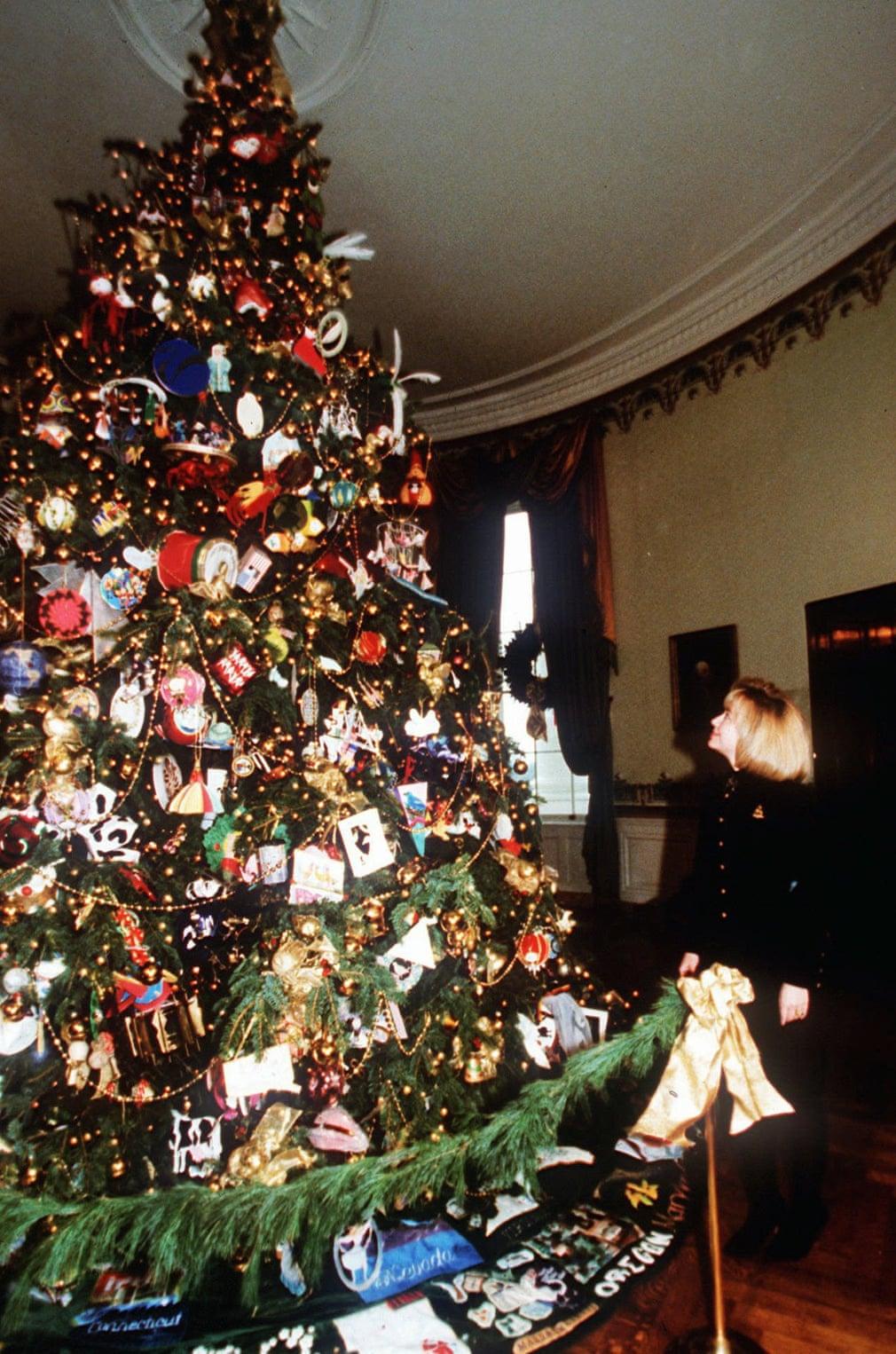 هيلارى كلينتون بجانب شجرة كريسماس 1994
