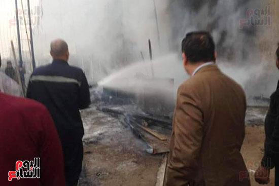3 سيارات إطفاء للسيطرة على حريق بجراج فى شبرا الخيمة (6)