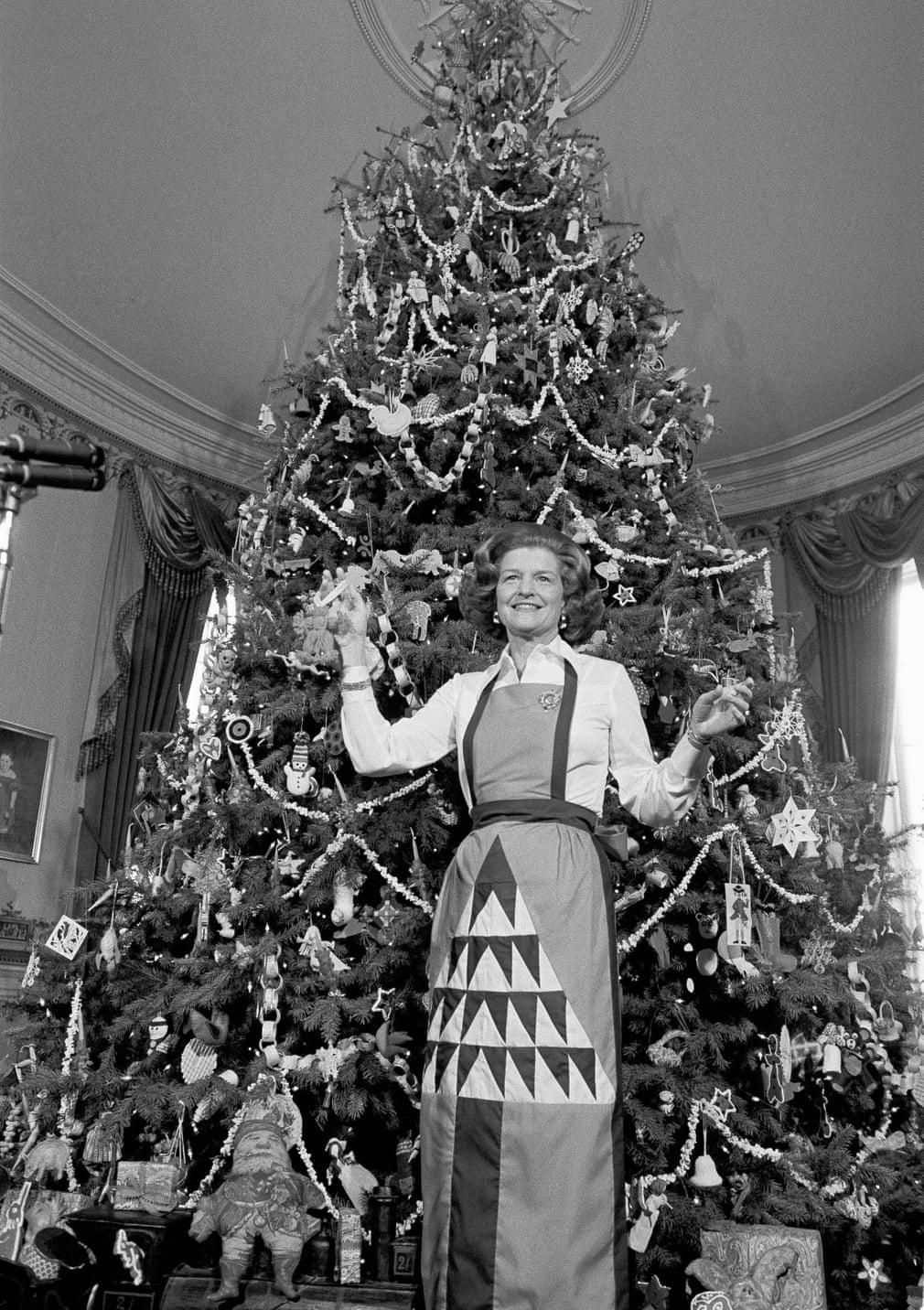 بيتى فورد بجانب شجرة الكريسماس لعام 1975