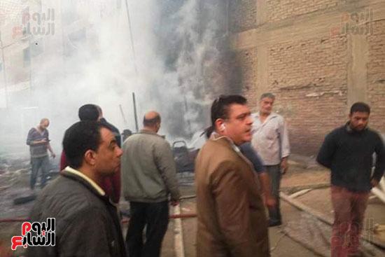 3 سيارات إطفاء للسيطرة على حريق بجراج فى شبرا الخيمة (1)