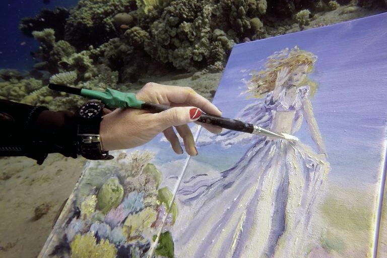 اللوحة تحت الماء