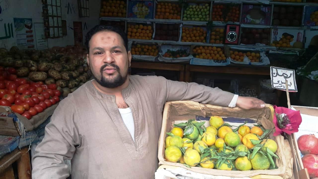 أحمد عكرة شاب ترك تخصصه لتقديم الطلبات للمنازل (2)