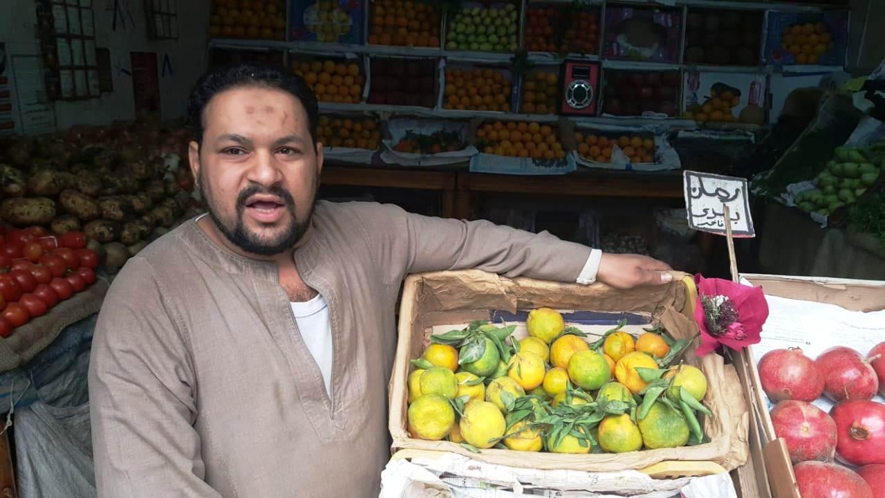 أحمد عكرة شاب ترك تخصصه لتقديم الطلبات للمنازل (10)