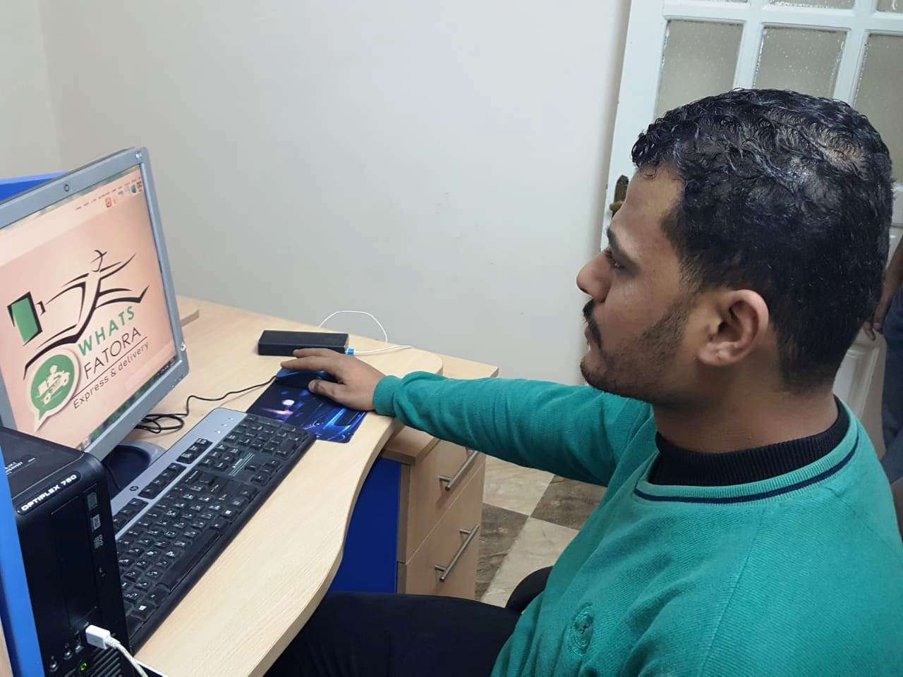 أحمد عكرة شاب ترك تخصصه لتقديم الطلبات للمنازل (16)