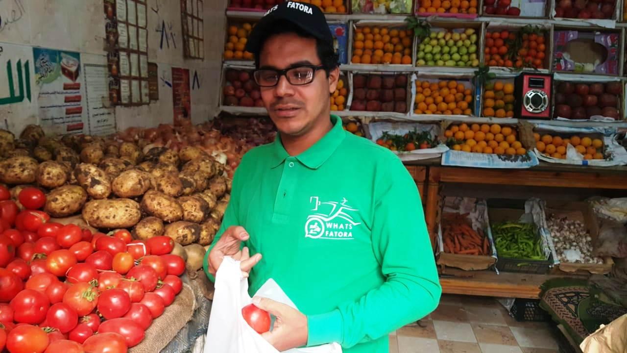 أحمد عكرة شاب ترك تخصصه لتقديم الطلبات للمنازل (11)