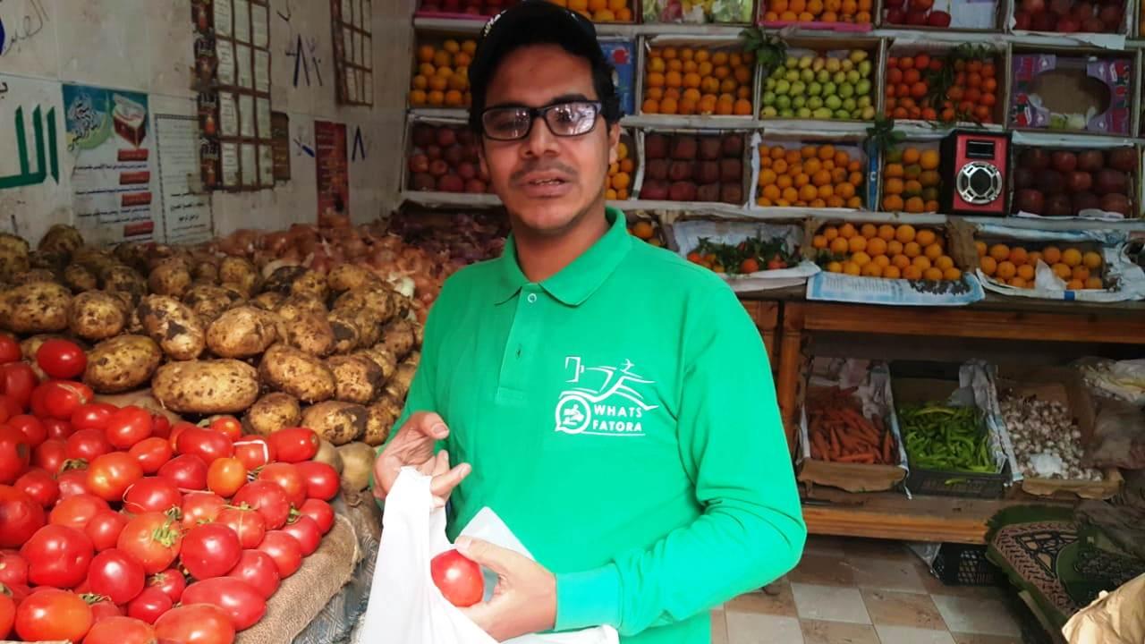 أحمد عكرة شاب ترك تخصصه لتقديم الطلبات للمنازل (7)