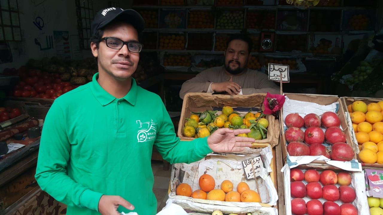 أحمد عكرة شاب ترك تخصصه لتقديم الطلبات للمنازل (6)