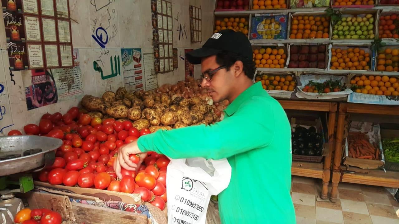 أحمد عكرة شاب ترك تخصصه لتقديم الطلبات للمنازل (3)