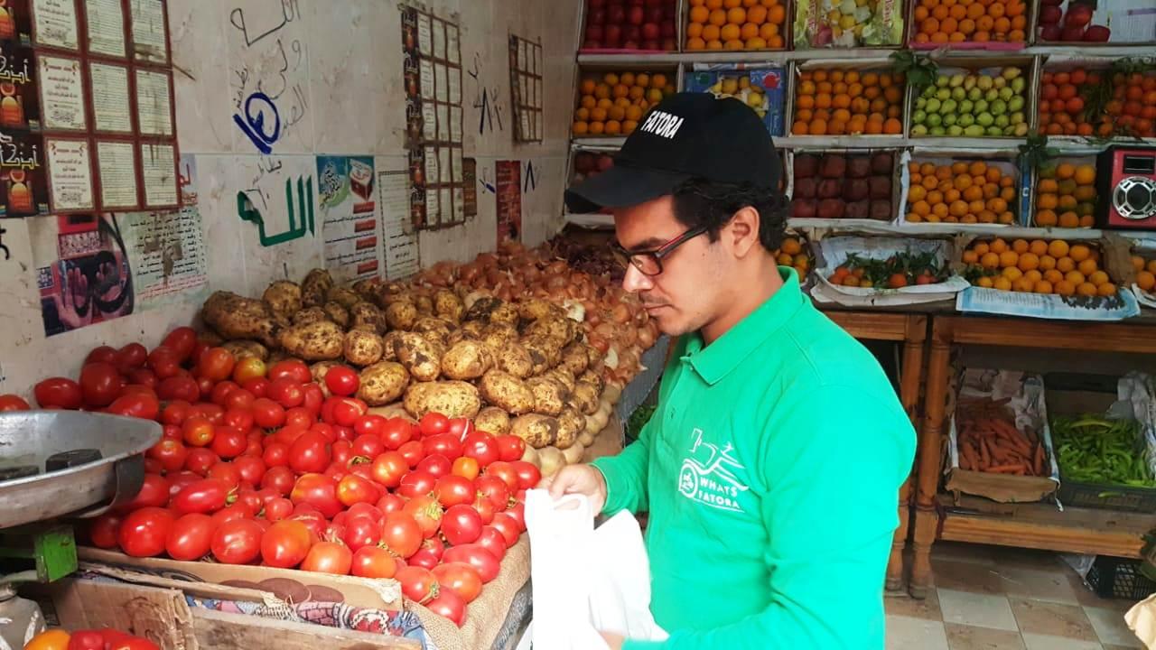 أحمد عكرة شاب ترك تخصصه لتقديم الطلبات للمنازل (14)