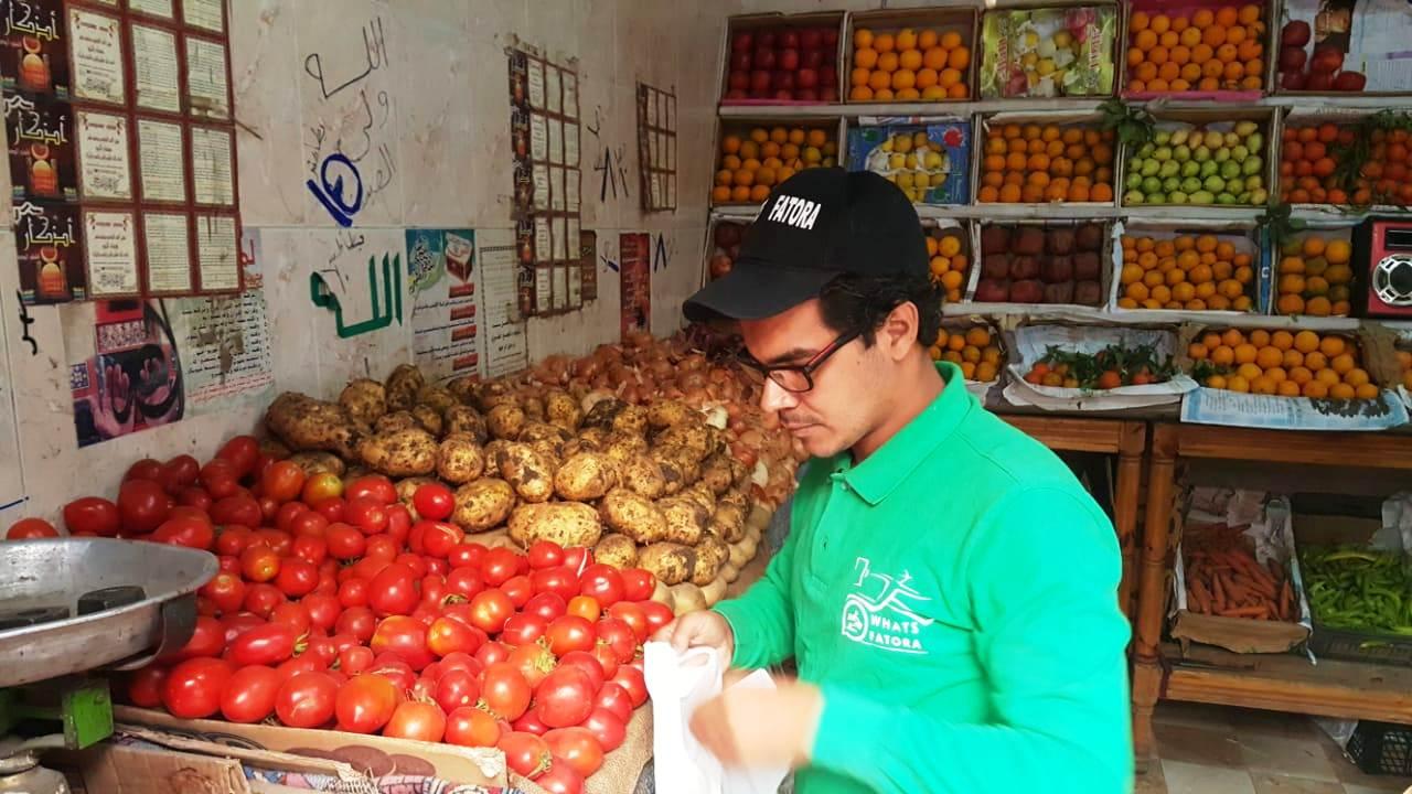 أحمد عكرة شاب ترك تخصصه لتقديم الطلبات للمنازل (15)