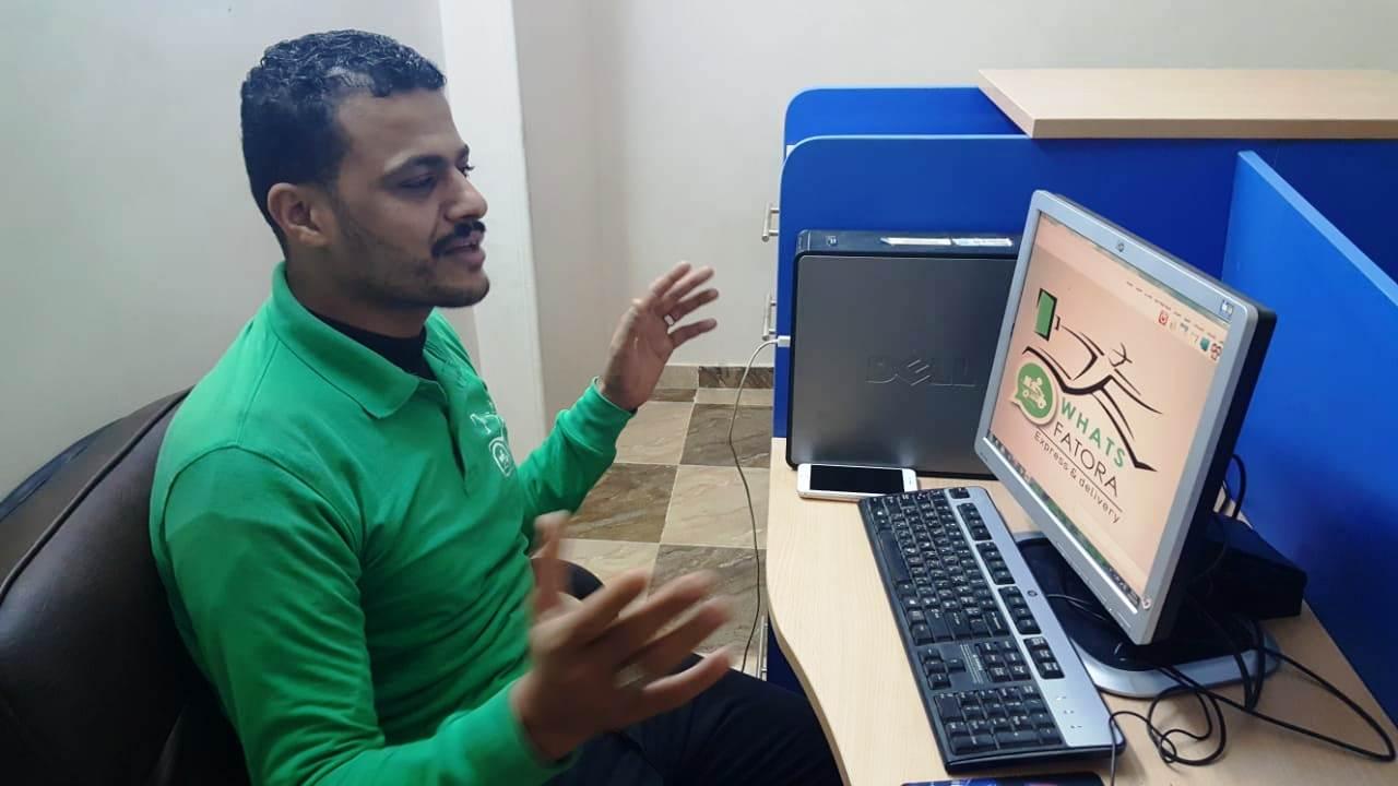 أحمد عكرة شاب ترك تخصصه لتقديم الطلبات للمنازل (13)