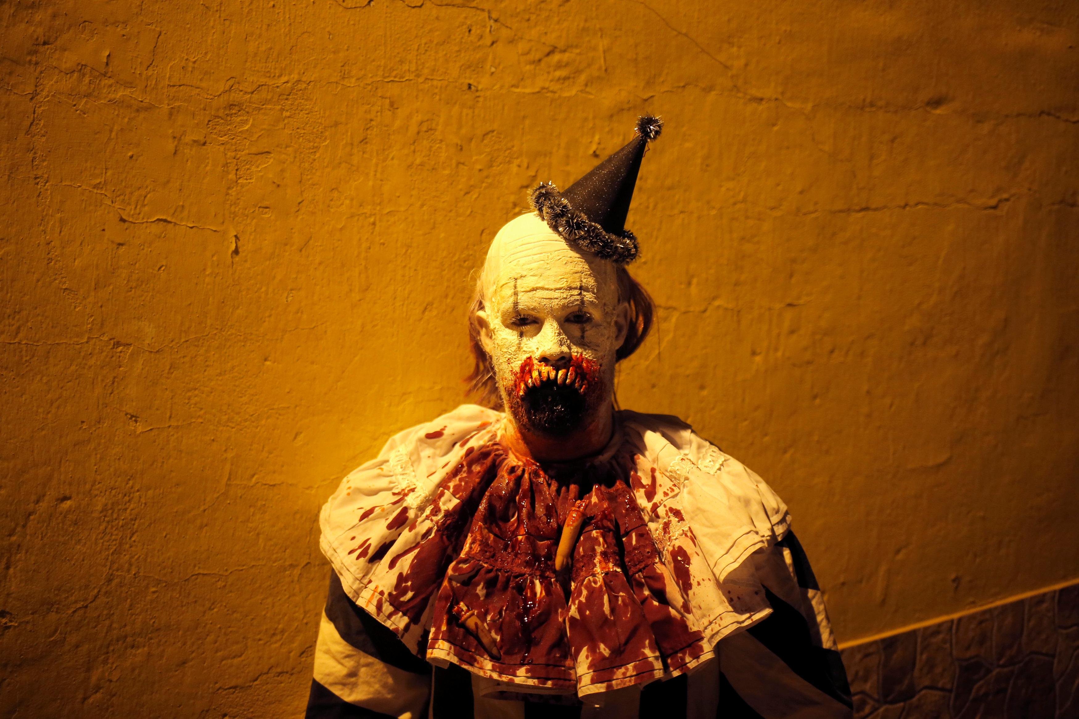 قناع مخيف خلال احتفالات الهالوين جنوب اسبانيا
