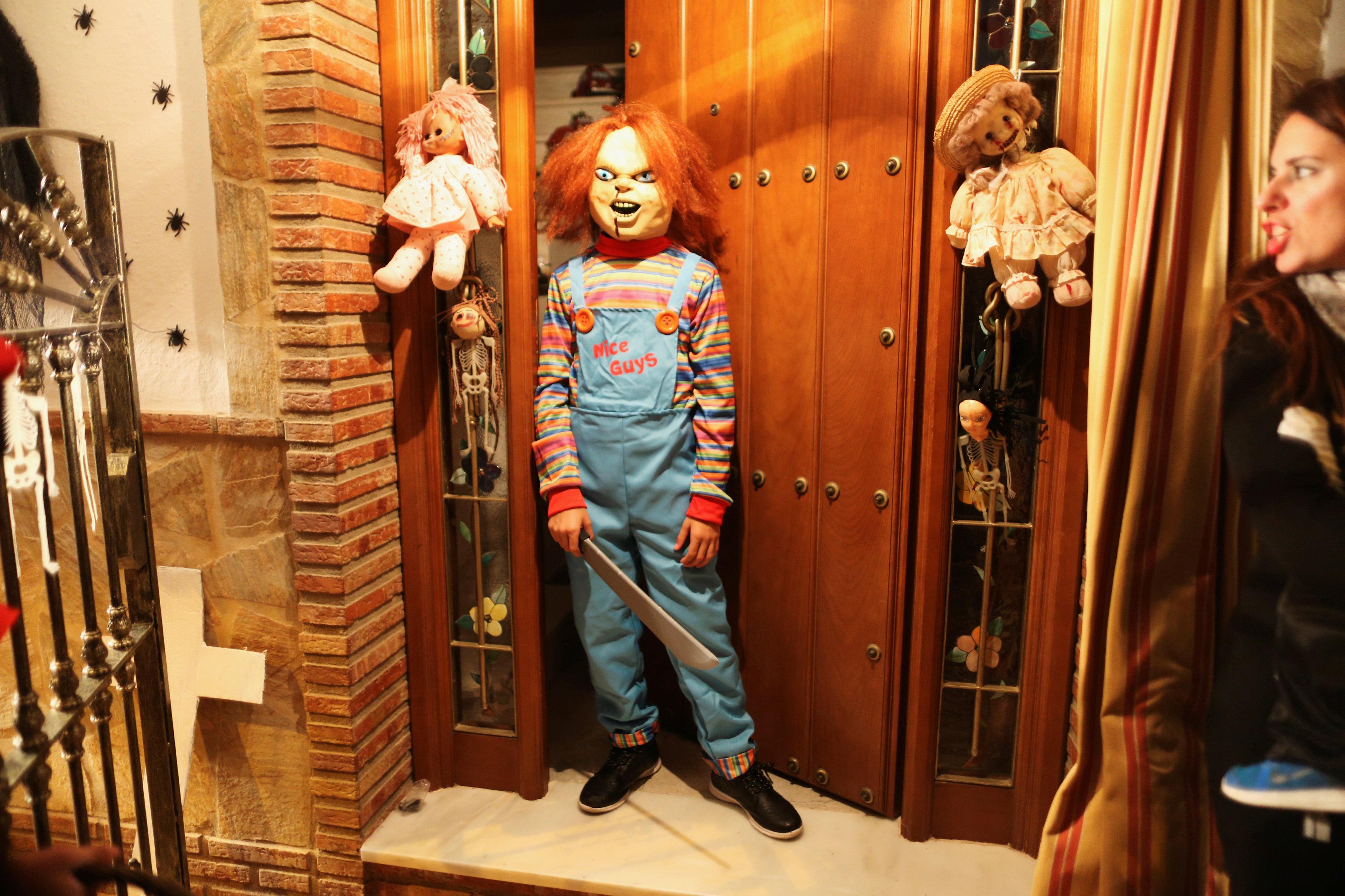 طفلة ترتدى ملابس وأزياء مرعبة