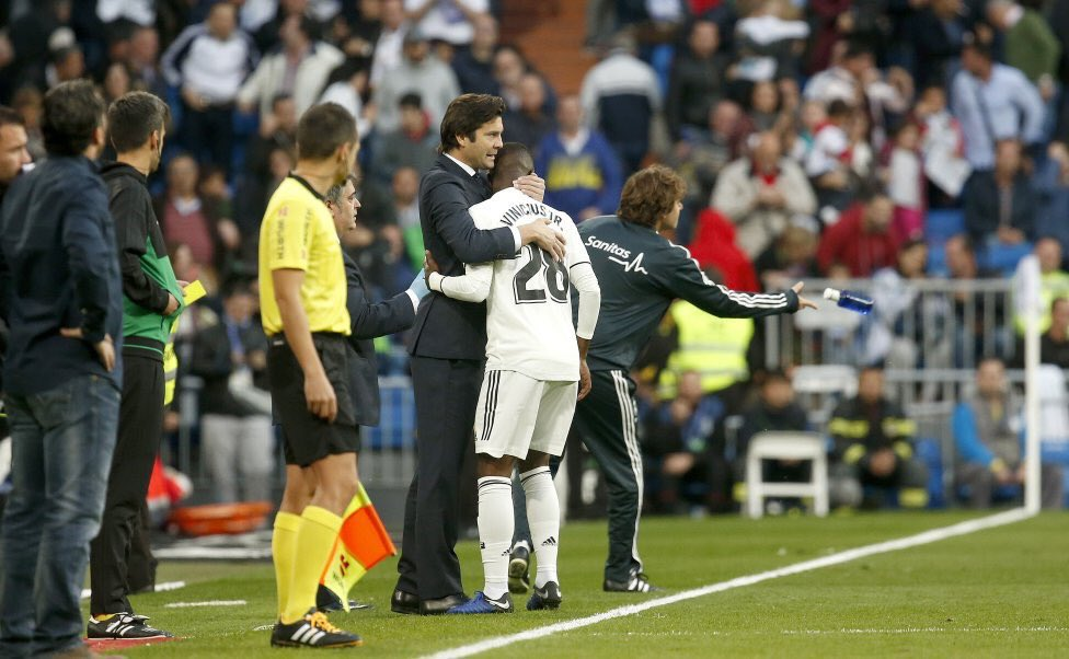 مدرب ريال مدريد يحضن فينيسيوس جونيور