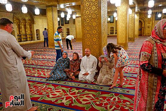 سياح-يلتقطون-صورًا-تذكارية-داخل-المسجد