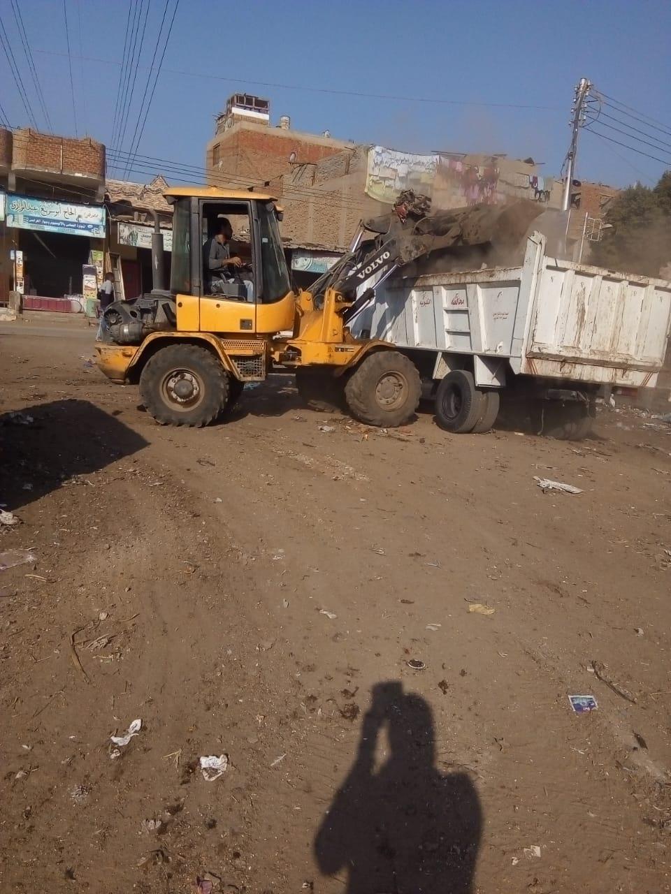 رفع القمامة من أمام مدرسة بشبين القناطر (3)