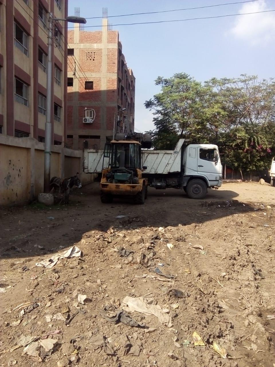 رفع القمامة من أمام مدرسة بشبين القناطر (2)