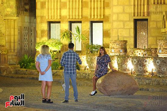 سياح-يلتقطون-صورًا-تذكارية-أمام-المسجد