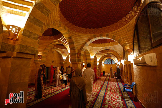 عدد-من-السياح-داخل-المسجد