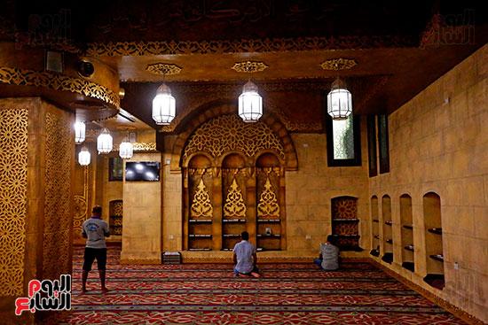 مصلين-داخل-مسجد-الصحابة