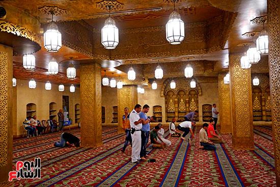 عدد-من-المصلين-داخل-المسجد